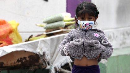 Una niña con barbijo en las calles de Quito (AP Photo/Dolores Ochoa)
