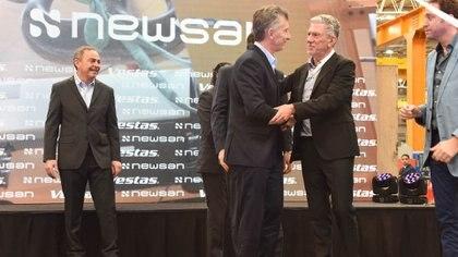 El presidente Mauricio Macri junto al empresario Ruben Chernajosky en la planta de Campana donde el Grupo Newsan fabricaba pequeños electrodomésticos y ahora aerogeneradores