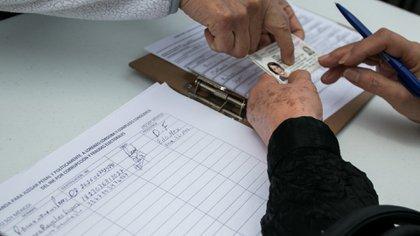 Por ley, se tiene que consultar al INE para acordar un formato adecuado para la recolección de firmas (Foto: Cuartoscuro)