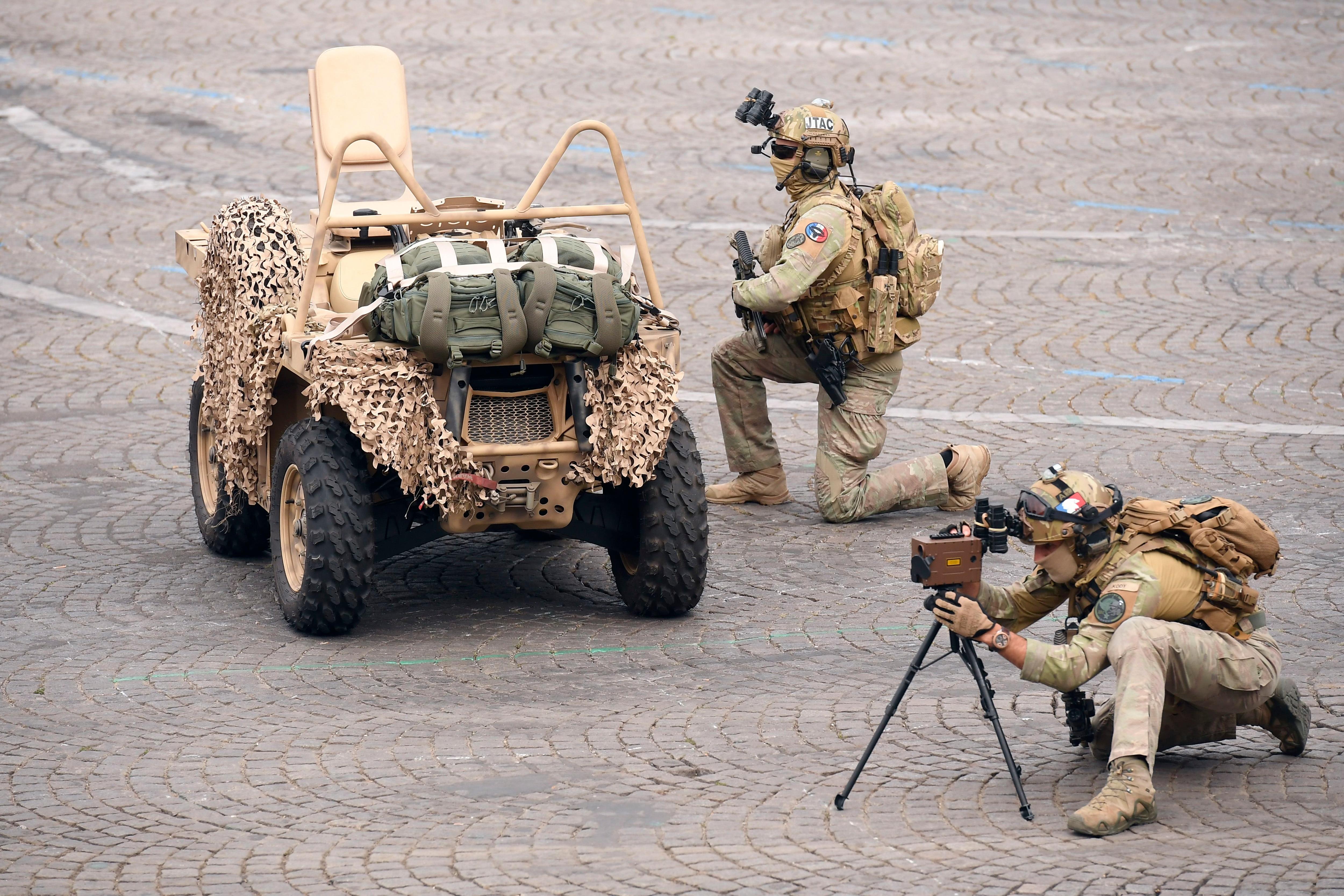 Soldados franceses ejecutan un ejercicio con equipo de no especificado durante el desfile (Lionel BONAVENTURE / AFP)