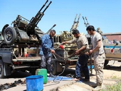 Los combatientes enfrentan a las tropas al mando del mariscal Haftar (REUTERS/Hani Amara)