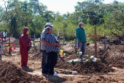 """Una familia despide a un ser querido en una ceremonia en el denominado """"Cementerio COVID-19"""" en Trinidad, Bolivia (REUTERS/Carlos Vargas)"""