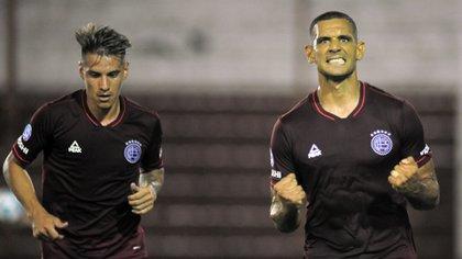 Carlos Auzqui celebra su gol junto a José Sand, otro ex River (Foto Baires)