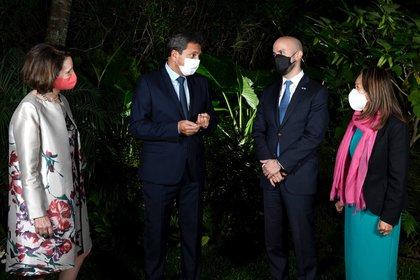 Sergio Massa y los diplomáticos Juan González, MaryKay Carlson y Julie Chung antes de compartir un asado en la casa del Presidente de Diputados