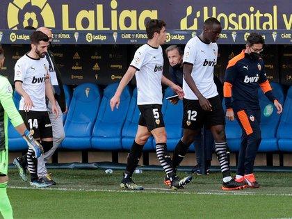 Los jugadores del Valencia abandonan el terreno de juego, durante el partido de Liga en Primera División ante el Cádiz (EFE)