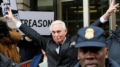 Foto de archivo de Roger Stone saludando tras una audiencia en un caso en su contra en una corte de distrito en Washington.  Feb 1, 2019. REUTERS/Jim Bourg