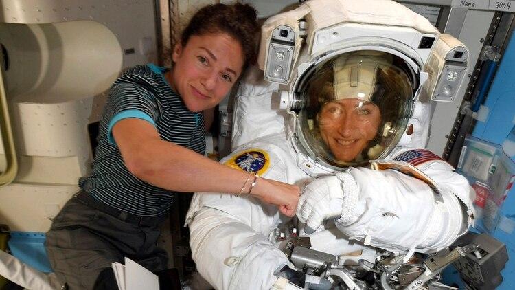 Jessica Meir y Christina Koch antes de la primera caminata espacial protagonizado íntegramente por mujeres (AP)
