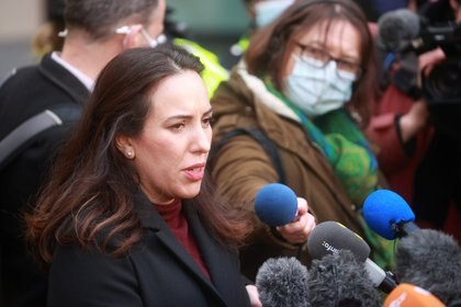 La pareja de Assange Stella Morris hablando ante los medios tras la decisión de la justicia británica (REUTERS/Henry Nicholls)