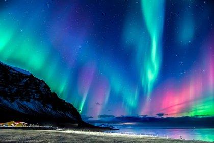 Es probable que las luces mágicas del norte se vean en Islandia en febrero. De lo contrario, las condiciones son excelentes para pasear en trineos y motos de nieve (Shutterstock)