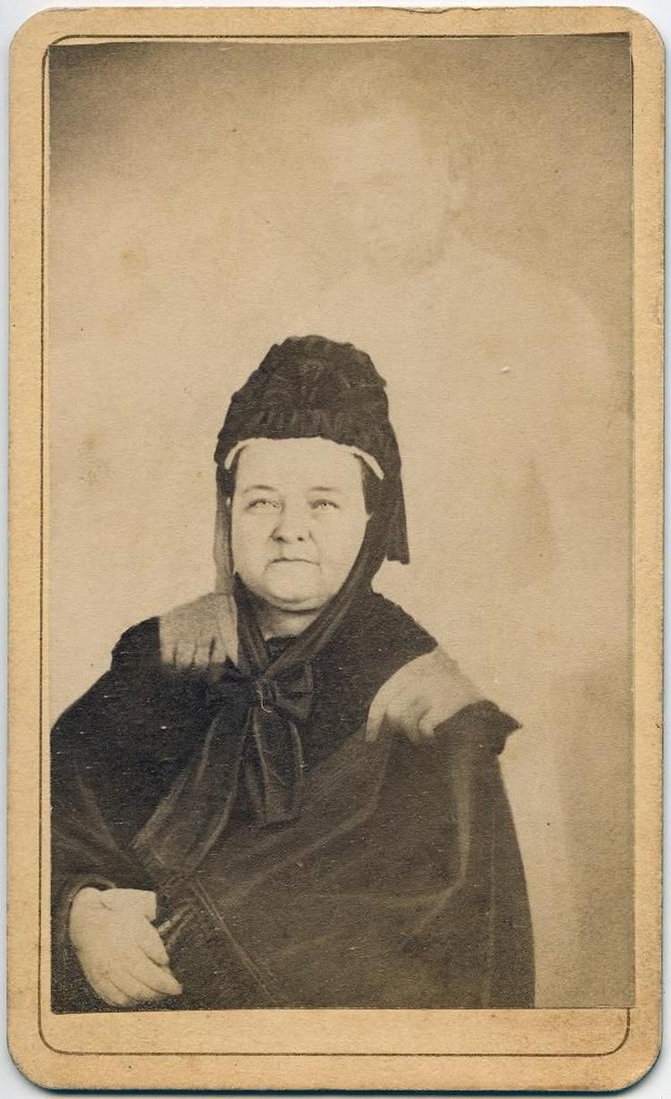 Mary Todd Lincoln junto al supuesto fantasma de su esposo, el ex presidente estadounidense Abraham Lincoln.