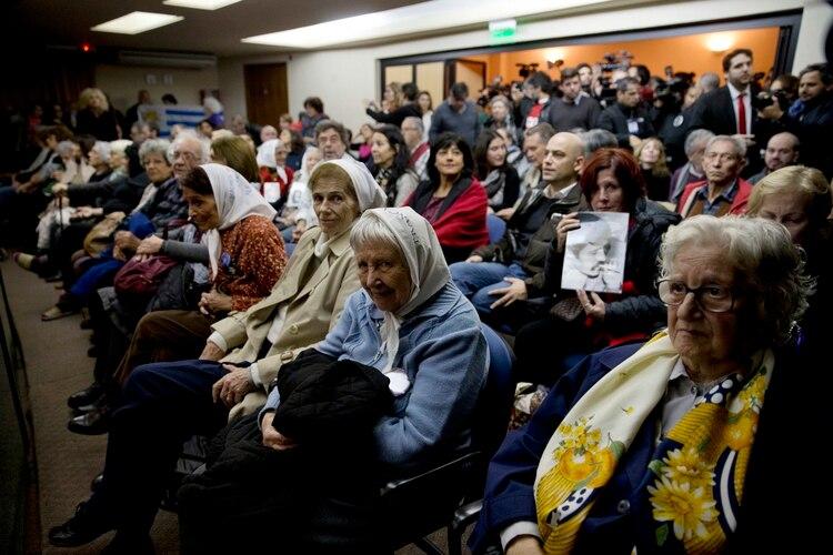 En esta foto del 27 de mayo de 2016, hay gente sentada en una corte federal por la sentencia de antiguos oficiales militares en Buenos Aires, Argentina. (AP Foto/Natacha Pisarenko, Archivo)