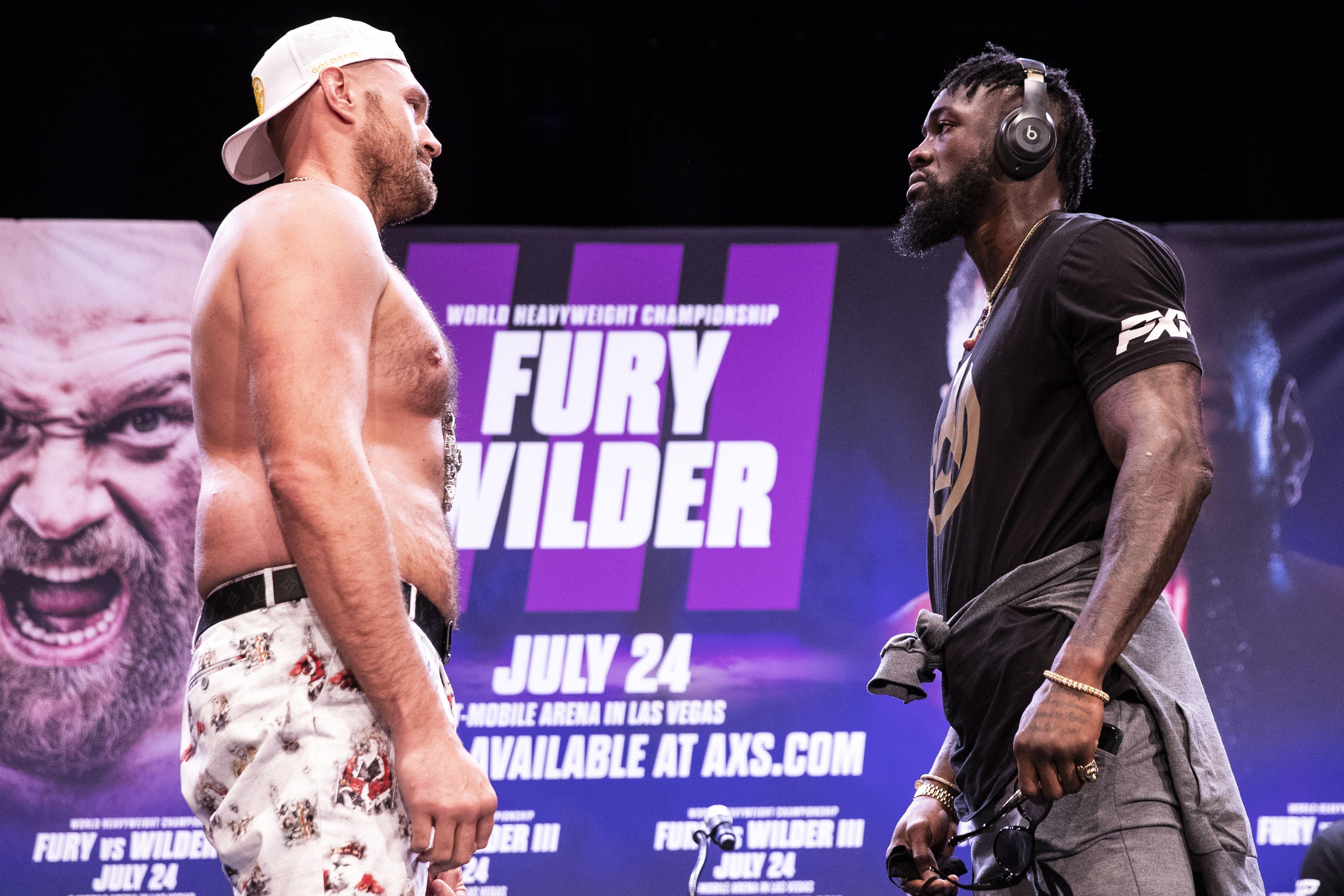 Tyson Fury expone su cinturón ante Deontay Wilder en una de las mejores peleas del año (Foto: EFE)