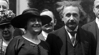 Albert Einstein y su segunda esposa Elsa Lowenthal en la Casa Blanca, Estados Unidos, cuando fueron invitados por el presidente  Warren Harding (Shutterstock)