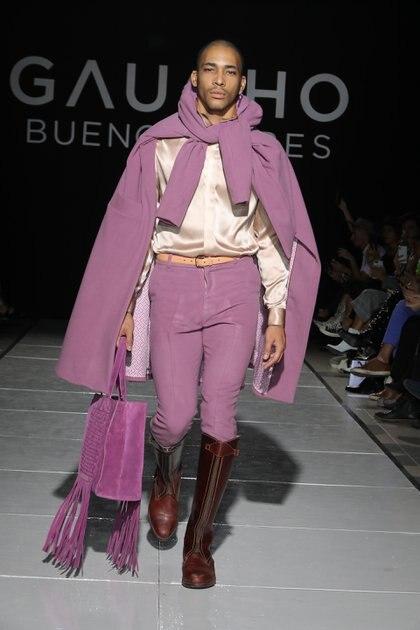 Total look pink. Saco de paño rosado, camisa de seda color champange y pantalón pinzado.