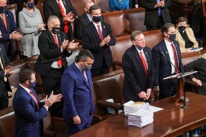 Paul Gosar, junto al senador por Texas Ted Cruz a la hora de objetar el resultado de las elección presidencial en el estado de Georgia. Foto: REUTERS/Jonathan Ernst