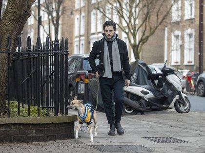Kit Harington sacó a pasear a su perro por las calles de Islington, al norte de Londres, Inglaterra. El actor respetó las normas de confinamiento y se limita a salir solo para realizar compras esenciales, correr (solo) o sacar a su mascota a hacer sus necesidades