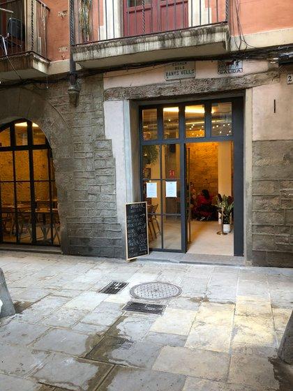 La entrada de Proper en Barcelona, ubicado en el Carrer dels Banys Vells, 20, en El Born