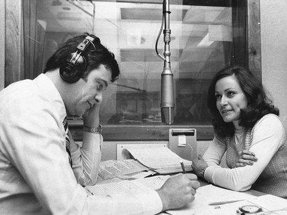 """Héctor Larrea junto a la locutora Ofelia Flores haciendo en los años 70 una emisión de """"Rapidísimo"""", por Radio Rivadavia (Crédito: @BsAs_recuerdo)"""
