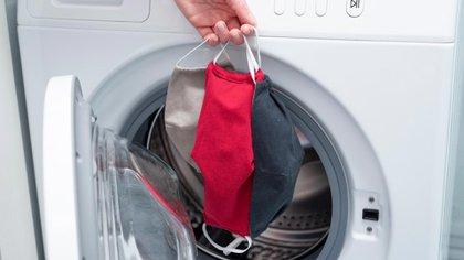 """Si se utiliza una lavadora, el CDC recomienda un jabón regular y """"el ajuste de agua más caliente"""" (Shutterstock)"""