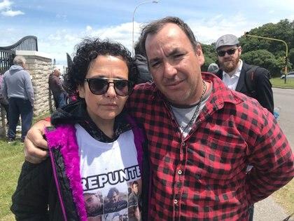 Gabriela Sánchez, familiar del pesquero marplatense Repunte hundido hace cinco meses, junto a Carlos Mendoza