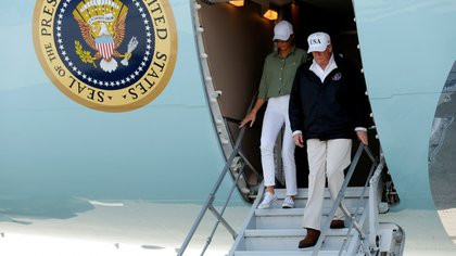 El presidente y la primera dama de EEUU en su arribo al aeropuerto de Fort Myers (Reuters)