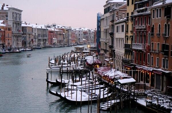 Las góndolas cubiertas de nieve en Venecia . (REUTERS/Manuel Silvestri)