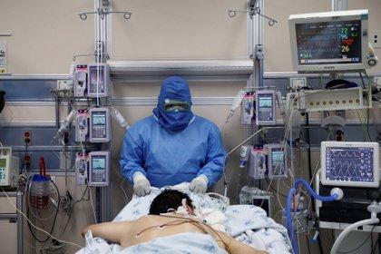 Un enfermo de coronavirus es atendido en el Hospital Juarez de la Ciudad de México Foto: REUTERS/Carlos Jasso