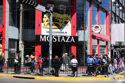 En el centro de Quilmes, cola para comer una hamburguesa. Los locales gastronómicos sólo funcionan bajo la modalidad de delivery o del take away