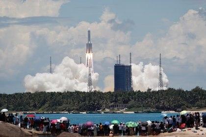 """El cohete transportador """"Larga Marcha 5-Y4"""", desde el centro espacial de Wenchang. China Daily via REUTERS"""
