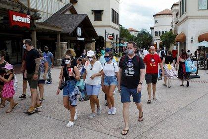 Visitantes de Disney Springs usan mascarillas y ropa con temas de Disney en una reapertura gradual de las restricciones por la enfermedad del coronavirus en Lake Buena Vista, Florida, EEUU, el 11 de julio de 2020. REUTERS/Octavio Jones