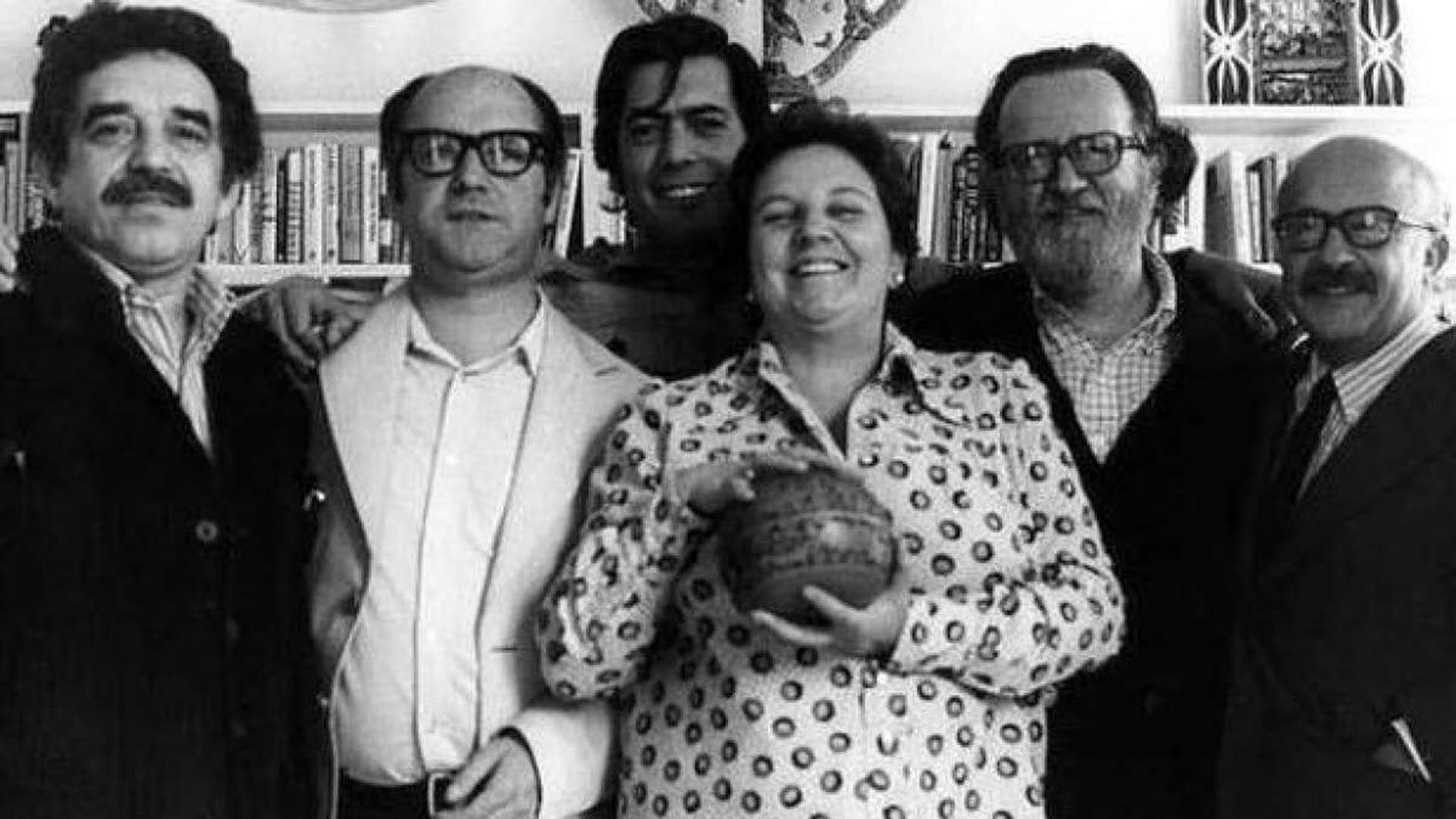 La agente literaria Carmen Balcells posa sonriente con García Márquez, Jorge Edwards, Vargas Llosa, José Donoso y el guionista español Ricardo Muñoz Suay. Faltan Julio Cortázar y Carlos Fuentes