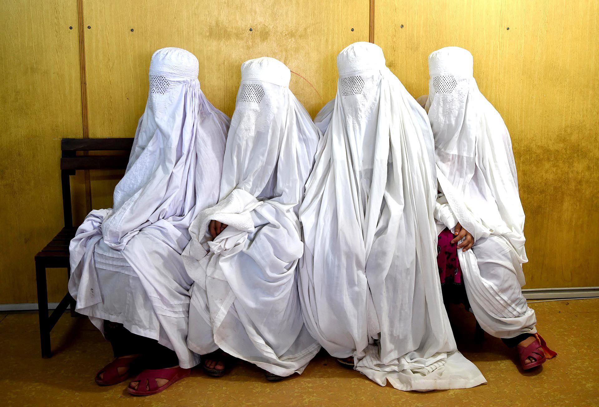 La ropa de mujer no debía ser fina ni estar decorada o ser colorida; no debía ser estrecha ni apretada (Foto: AFP)
