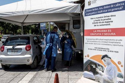 Ciudadanos acuden en su auto a los módulos Drive-Thru instalado en la calle Zaragoza y Morelos para realizar pruebas de COVID-19, en Monterrey, Nuevo León (México). EFE/Miguel Sierra