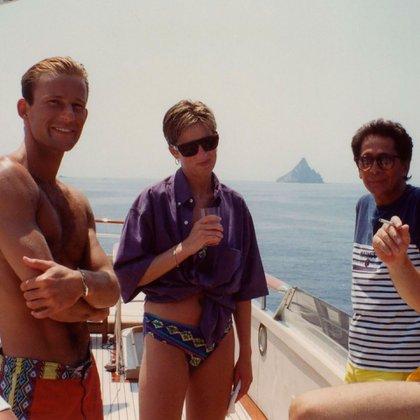 En el verano de 1990, Diana de Gales disfrutó de un viaje por Italia junto al diseñador de Valentino,  Giancarlo Giammetti, y un joven Kyril de Bulgaria