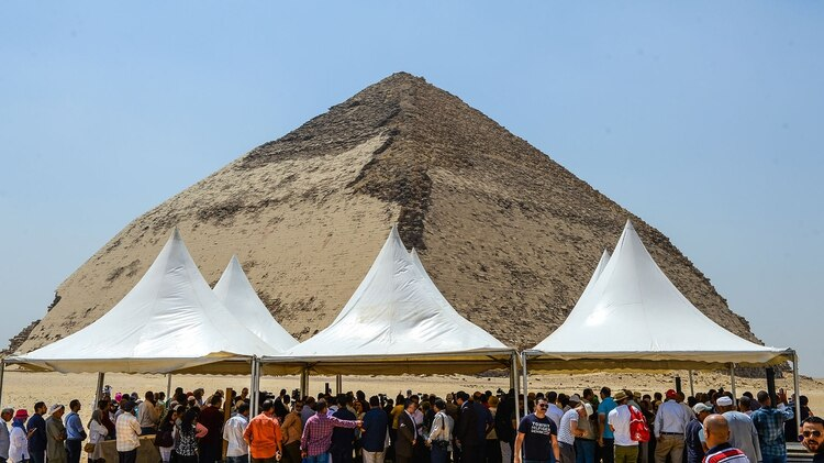 Personas reunidas para la ceremonia de apertura de la Pirámide Acodada (Mohamed el-Shahed/AFP)