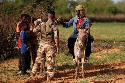 Los soldados galos buscan información sobre los movimientos de los grupos terroristas en la zona de Gourma, en Mali.  REUTERS/Benoit Tessier/File Photo