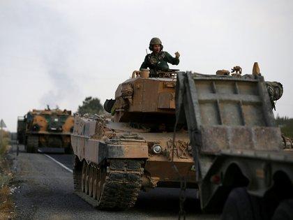 Un tanque turco avanza hacia la frontera con Siria (REUTERS/Stoyan Nenov)