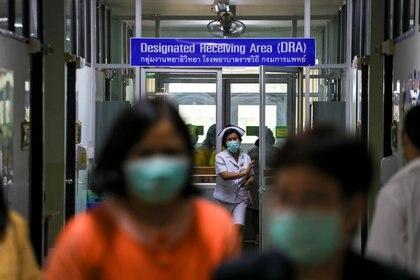 La SADI desaconsejó el uso del barbijo para prevenir el coronavirus y recomendó reforzar las medidas de higiene relacionadas con el lavado de manos y toser sobre el pliegue del antebrazo (Reuters)