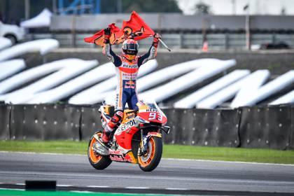 Marc Marquez celebra en Tailandia. El español domina con amplitud y festeja del mismo modo en cada carrera. (Lillian SUWANRUMPHA / AFP)