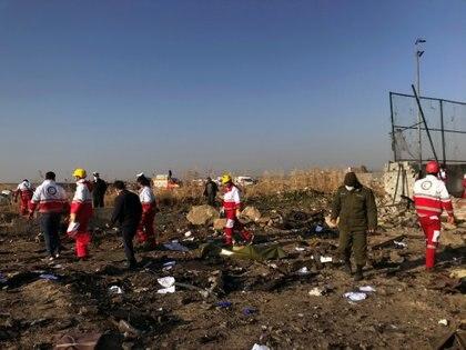 El equipo de rescate revisa los escombros de un accidente de un avión de Ukraine International Airlines después del despegue del aeropuerto iraní Imam Khomeini, en las afueras de Teherán, Irán, el 8 de enero de 2020. (Nazanin Tabatabaee / WANA Agencia de Noticias de Asia Occidental a través de REUTERS)