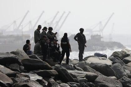 """Miembros de las FAES en la costa venezolana, tras la supuesta """"incursión"""" anunciada por las autoridades chavistas (Reuters)"""