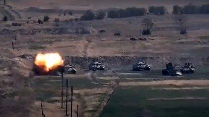 Una imagen difundida por el ministerio de Defensa armenio muestra vehículos de Azerbaiyán destruidos (Armenian Defence Ministry / AFP)