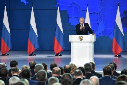 El presidente ruso Vladimir Putin se dirige a la Asamblea Federal, incluidos los parlamentarios de la Duma Estatal y los miembros del Consejo de la Federación, en Moscú, el 20 de febrero de 2019  (Sputnik/Alexei Nikolsky/Kremlin a través de REUTERS)