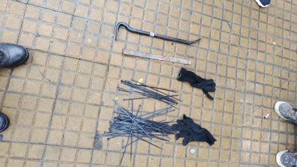 Precintos, guantes y una barreta de hierro: las herramientas del Saleh