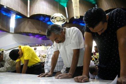 """Fieles de la iglesia la Luz del Mundo participaron en la ceremonia de bautizo en el marco de la """"Santa Convocación"""", en Guadalajara, Jalisco, en agosto EFE/ Francisco Guasco"""