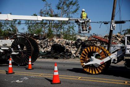 Trabajadores arreglan las líneas de comunicación después del huracán Delta, en Lake Charles, Louisiana, EE.UU., 10 de octubre de 2020. REUTERS/Marco Bello