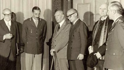 Ernesto Sábato y Jorge Luis Borges posan junto a Rafael Videla