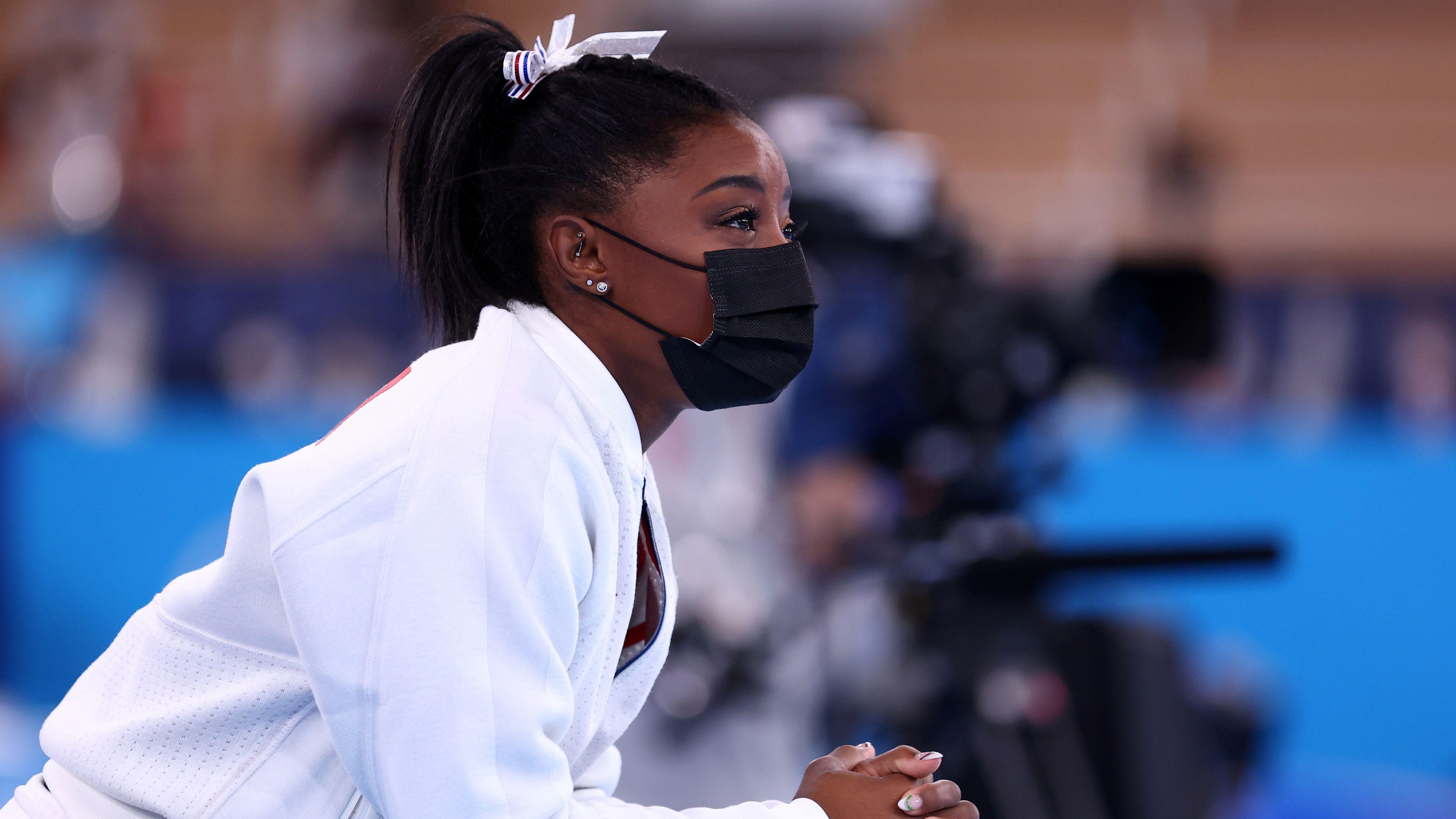 Simone Biles fue retirada del equipo femenino tras su primera rotación (REUTERS/Mike Blake)