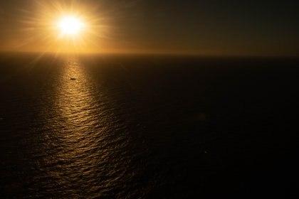 Con el amanecer finaliza la faena de pesca. Durante el día los tripulantes seleccionan y clasifican el producto capturado, descartando lo que no sirva para no ocupar espacio en sus bodegas