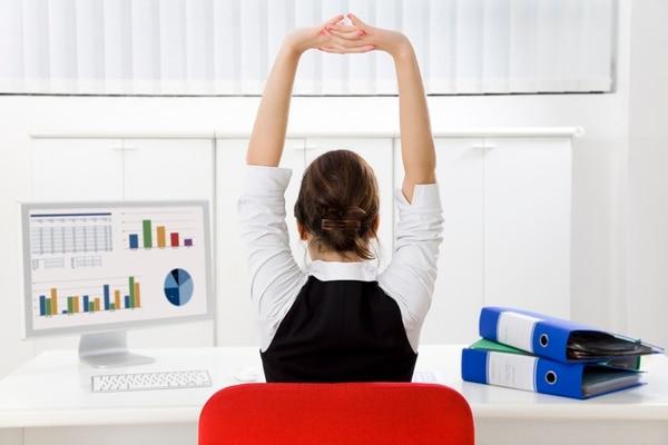 El mal uso del teléfono celular sumado a las malas posturas en la oficina acarrean problemas posturales (iStock)